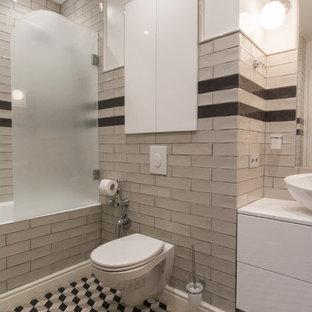 Пример оригинального дизайна интерьера: главная ванная комната в современном стиле с плоскими фасадами, белыми фасадами, ванной в нише, душем над ванной, инсталляцией, бежевой плиткой, белыми стенами, настольной раковиной и разноцветным полом