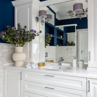 Идея дизайна: ванная комната среднего размера в стиле современная классика с фасадами с выступающей филенкой, белыми фасадами, серой плиткой, синими стенами, душевой кабиной, врезной раковиной, разноцветным полом, белой столешницей, тумбой под одну раковину и встроенной тумбой