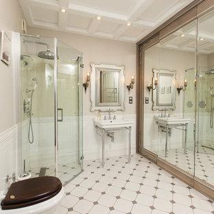 Новые идеи обустройства дома: ванная комната в классическом стиле с душем без бортиков, раздельным унитазом, бежевыми стенами, душевой кабиной, консольной раковиной, бежевым полом и душем с распашными дверями
