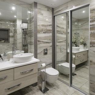 Immagine di una stanza da bagno padronale design con ante lisce, WC sospeso, piastrelle beige, lavabo a bacinella, pavimento beige, ante beige e pareti beige