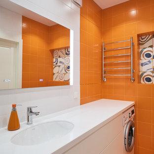 Неиссякаемый источник вдохновения для домашнего уюта: главная ванная комната среднего размера в стиле лофт с плоскими фасадами, белыми фасадами, полновстраиваемой ванной, душем над ванной, инсталляцией, оранжевой плиткой, керамической плиткой, белыми стенами, полом из керамической плитки, врезной раковиной, столешницей из искусственного камня, белым полом, шторкой для ванной и белой столешницей
