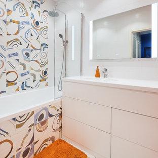 Свежая идея для дизайна: главная ванная комната среднего размера в стиле лофт с плоскими фасадами, белыми фасадами, полновстраиваемой ванной, душем над ванной, инсталляцией, оранжевой плиткой, керамической плиткой, белыми стенами, полом из керамической плитки, врезной раковиной, столешницей из искусственного камня, белым полом, шторкой для ванной и белой столешницей - отличное фото интерьера