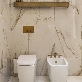 Foto di una stanza da bagno padronale minimal di medie dimensioni con ante lisce, vasca freestanding, piastrelle beige, piastrelle di marmo, pareti beige, pavimento in marmo, lavabo sospeso, top in marmo, pavimento beige e top multicolore