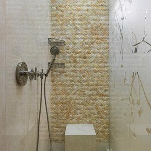 Свежая идея для дизайна: ванная комната в современном стиле с бежевой плиткой, белым полом и душевой кабиной - отличное фото интерьера