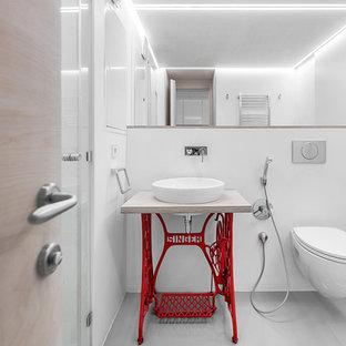 Удачное сочетание для дизайна помещения: ванная комната в современном стиле с открытыми фасадами, красными фасадами, инсталляцией, белыми стенами и столешницей из дерева - самое интересное для вас