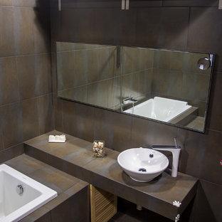 サンクトペテルブルクの中サイズのインダストリアルスタイルのおしゃれなマスターバスルーム (ドロップイン型浴槽、茶色いタイル、セラミックタイル、茶色い壁、セラミックタイルの床、ベッセル式洗面器、タイルの洗面台) の写真