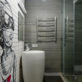 Пример оригинального дизайна интерьера: ванная комната в стиле лофт с серыми стенами и раковиной с пьедесталом