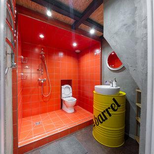 Idee per una piccola stanza da bagno con doccia industriale con ante gialle, WC a due pezzi, piastrelle rosse, pareti grigie, lavabo a bacinella, doccia aperta e doccia aperta