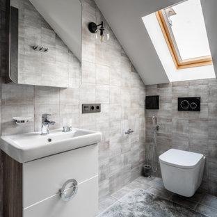 Пример оригинального дизайна: ванная комната в стиле лофт с плоскими фасадами, белыми фасадами, серой плиткой, консольной раковиной, серым полом, тумбой под одну раковину и подвесной тумбой