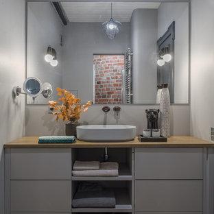 Свежая идея для дизайна: маленькая ванная комната в современном стиле с серыми фасадами, серыми стенами, настольной раковиной, коричневым полом, коричневой столешницей, тумбой под одну раковину и напольной тумбой - отличное фото интерьера