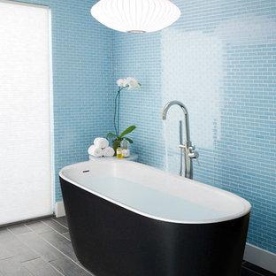 Неиссякаемый источник вдохновения для домашнего уюта: маленькая главная ванная комната в скандинавском стиле с отдельно стоящей ванной, синей плиткой, плиткой мозаикой, синими стенами и полом из керамогранита