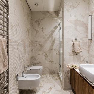 Идея дизайна: ванная комната в современном стиле с плоскими фасадами, темными деревянными фасадами, биде, бежевой плиткой, душевой кабиной, настольной раковиной, бежевым полом, душем в нише, бежевыми стенами и душем с распашными дверями