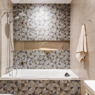 На фото: главная ванная комната в современном стиле с ванной в нише, разноцветной плиткой, плоскими фасадами, белыми фасадами, душем над ванной, бежевыми стенами, светлым паркетным полом, бежевым полом и душем с распашными дверями