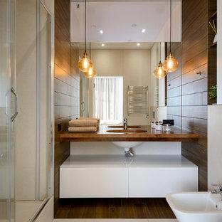 Пример оригинального дизайна: ванная комната в современном стиле с плоскими фасадами, белыми фасадами, душем в нише, биде, душевой кабиной, врезной раковиной, бежевым полом, душем с раздвижными дверями и коричневой столешницей