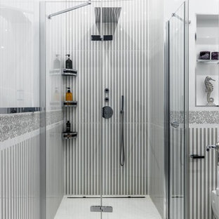Новый формат декора квартиры: ванная комната в стиле современная классика с душем в нише, белой плиткой, серой плиткой, душевой кабиной, белым полом и душем с распашными дверями