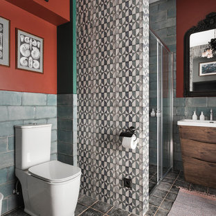 Mittelgroßes Mediterranes Duschbad mit Keramikfliesen, roter Wandfarbe, Keramikboden, grauem Boden, Schiebetür-Duschabtrennung, flächenbündigen Schrankfronten, dunklen Holzschränken, Wandtoilette mit Spülkasten, blauen Fliesen, Eckdusche und Waschtischkonsole in Sankt Petersburg
