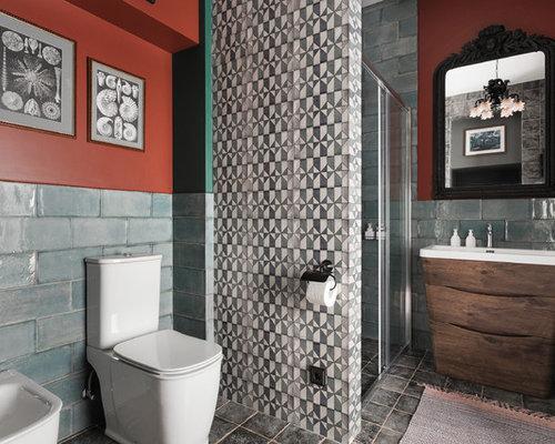Mittelgroßes Mediterranes Duschbad Mit Keramikfliesen, Roter Wandfarbe,  Keramikboden, Grauem Boden, Schiebetür