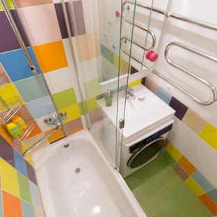 Маленькая яркая ванная комната