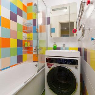 Стильный дизайн: маленькая ванная комната в современном стиле с душем над ванной, разноцветной плиткой, керамической плиткой, полом из керамической плитки, зеленым полом, ванной в нише, консольной раковиной и открытым душем - последний тренд