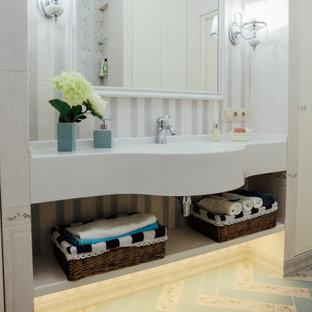 Idées déco pour une petit salle de bain principale classique avec un placard avec porte à panneau encastré, des portes de placard en bois clair, une baignoire en alcôve, un combiné douche/baignoire, un carrelage beige, des carreaux de céramique, un mur beige, un sol en carrelage de porcelaine, un lavabo intégré, un plan de toilette en surface solide, un sol turquoise, une cabine de douche avec un rideau et un plan de toilette blanc.