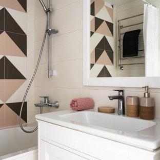 Стильный дизайн: маленькая главная ванная комната в современном стиле с белыми фасадами, разноцветной плиткой, керамической плиткой, разноцветными стенами, белой столешницей, тумбой под одну раковину, фасадами с утопленной филенкой, ванной в нише, душем над ванной, монолитной раковиной и шторкой для ванной - последний тренд