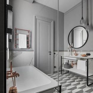 Пример оригинального дизайна: главная ванная комната в современном стиле с открытыми фасадами, серой плиткой, серыми стенами, серым полом и белой столешницей