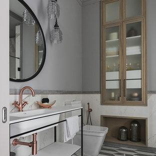 На фото: ванная комната в современном стиле с открытыми фасадами, раздельным унитазом, серыми стенами и серым полом