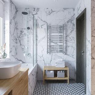 Idee per una sauna scandinava di medie dimensioni con vasca da incasso, vasca/doccia, WC sospeso, piastrelle bianche, piastrelle in gres porcellanato, pareti bianche, pavimento con piastrelle in ceramica, lavabo da incasso e doccia con tenda