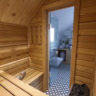 Ispirazione per una sauna nordica di medie dimensioni con vasca da incasso, vasca/doccia, WC sospeso, piastrelle bianche, piastrelle in gres porcellanato, pareti bianche, pavimento con piastrelle in ceramica, lavabo da incasso e doccia con tenda