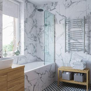 Idee per una sauna nordica di medie dimensioni con vasca da incasso, vasca/doccia, WC sospeso, piastrelle bianche, piastrelle in gres porcellanato, pareti bianche, pavimento con piastrelle in ceramica, lavabo da incasso e doccia con tenda
