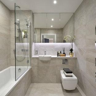 Esempio di una stanza da bagno con doccia design con vasca/doccia, piastrelle grigie, lavabo da incasso, pavimento grigio e doccia aperta