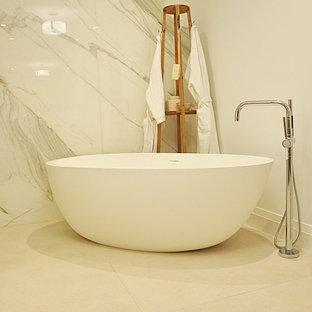 Immagine di una stanza da bagno con doccia minimal di medie dimensioni con vasca freestanding e piastrelle di marmo