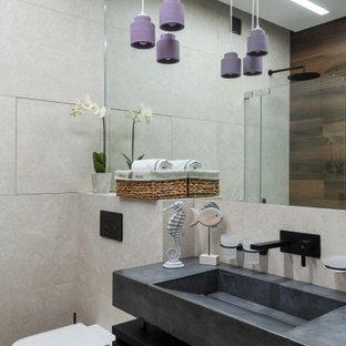 Пример оригинального дизайна: ванная комната среднего размера в современном стиле с плоскими фасадами, черными фасадами, раковиной с несколькими смесителями, коричневым полом и серой столешницей