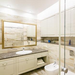Свежая идея для дизайна: ванная комната в стиле современная классика с фасадами с выступающей филенкой, биде, бежевой плиткой, накладной раковиной, бежевым полом и серой столешницей - отличное фото интерьера