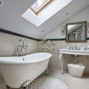 Удачное сочетание для дизайна помещения: главная ванная комната в классическом стиле с ванной на ножках, бежевой плиткой, белыми стенами и консольной раковиной - самое интересное для вас