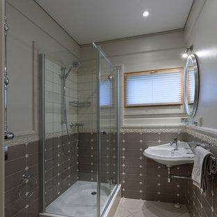 Новые идеи обустройства дома: ванная комната в классическом стиле с угловым душем, серой плиткой, серыми стенами, душевой кабиной, серым полом и душем с распашными дверями