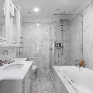 Создайте стильный интерьер: главная ванная комната среднего размера в современном стиле с фасадами с выступающей филенкой, белыми фасадами, накладной ванной, душем в нише, белой плиткой, серой плиткой, мраморной плиткой, мраморным полом, врезной раковиной, мраморной столешницей, бежевым полом, душем с раздвижными дверями, белой столешницей и раздельным унитазом - последний тренд