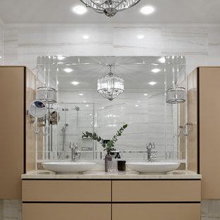 Свежая идея для дизайна: ванная комната в современном стиле с плоскими фасадами, бежевыми фасадами, настольной раковиной, бежевым полом и бежевой столешницей - отличное фото интерьера