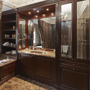 На фото: главные ванные комнаты в викторианском стиле с фасадами с выступающей филенкой, темными деревянными фасадами, накладной ванной, мраморным полом, врезной раковиной и мраморной столешницей