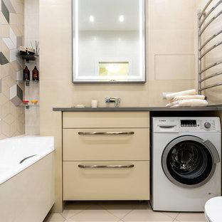 Пример оригинального дизайна: ванная комната в современном стиле с плоскими фасадами, бежевыми фасадами, накладной ванной, душем над ванной, бежевой плиткой, серой плиткой, белой плиткой, плиткой мозаикой, бежевыми стенами, бежевым полом, открытым душем и серой столешницей