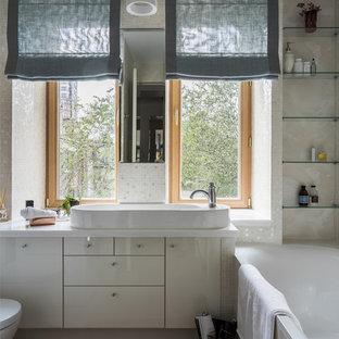 Пример оригинального дизайна: маленькая ванная комната в современном стиле с плоскими фасадами, белыми фасадами, белой плиткой, бежевой плиткой, настольной раковиной, белой столешницей, накладной ванной и бежевыми стенами