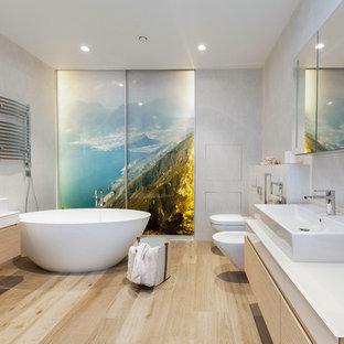 Новые идеи обустройства дома: большая ванная комната в современном стиле с плоскими фасадами, светлыми деревянными фасадами, отдельно стоящей ванной, бежевыми стенами, светлым паркетным полом, настольной раковиной и бежевым полом