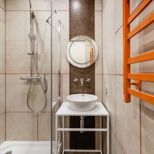 Пример оригинального дизайна: ванная комната в современном стиле с открытыми фасадами, белыми фасадами, угловым душем, бежевой плиткой, душевой кабиной, настольной раковиной, коричневым полом, душем с распашными дверями, белой столешницей, тумбой под одну раковину и напольной тумбой