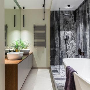 Идея дизайна: главная ванная комната в современном стиле с плоскими фасадами, белыми фасадами, отдельно стоящей ванной, угловым душем, черно-белой плиткой, настольной раковиной, белым полом, открытым душем, коричневой столешницей и тумбой под две раковины