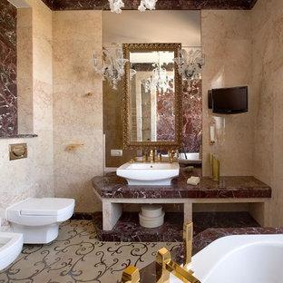 Стильный дизайн: большая главная ванная комната в стиле современная классика с инсталляцией, бежевой плиткой, полом из керамической плитки, мраморной столешницей, бежевым полом и настольной раковиной - последний тренд