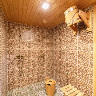 На фото: ванная комната в стиле кантри с двойным душем с