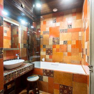 Modelo de cuarto de baño principal, ecléctico, pequeño, con armarios con paneles lisos, puertas de armario marrones, bañera encastrada sin remate, combinación de ducha y bañera, baldosas y/o azulejos multicolor, baldosas y/o azulejos naranja, baldosas y/o azulejos de porcelana, suelo de baldosas de porcelana, encimera de azulejos, lavabo sobreencimera y suelo naranja
