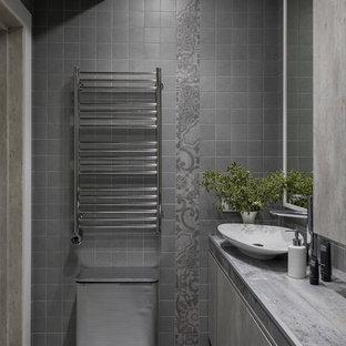 Идея дизайна: ванная комната в современном стиле с плоскими фасадами, серой плиткой, настольной раковиной, серым полом и серой столешницей