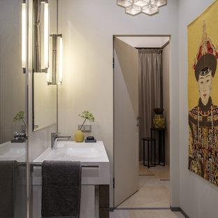 На фото: ванная комната в современном стиле с белыми стенами и монолитной раковиной