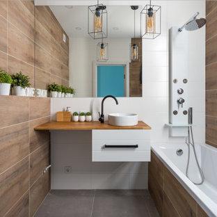 Пример оригинального дизайна: маленькая главная ванная комната в современном стиле с плоскими фасадами, белыми фасадами, коричневой плиткой, настольной раковиной, столешницей из дерева, серым полом и коричневой столешницей